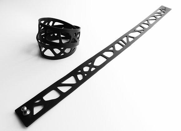 Shambahers, collection Graphique, Bracelet 'Croisée 2 tours' en caoutchouc noir. Lignes entrecroisées superposées sur 2 tours