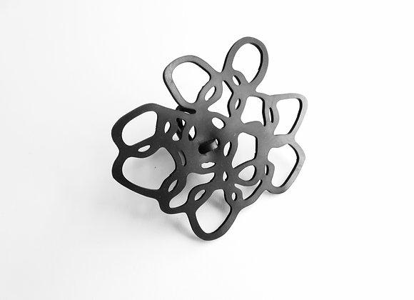 Shambahers, bague 'Cercles entrecroisés', édition limitée en caoutchouc. Le motif porté est un entrelacs de cercles.
