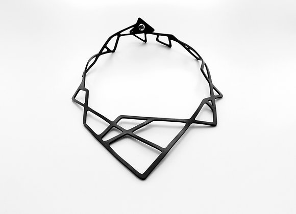 Shambahers 'Géométrie 1', collier en caoutchouc avec fermoir. Des lignes droites s'entrecroisent sur le tour de cou.