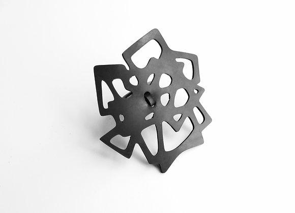 Shambahers, bague 'Une ligne en carrés', édition limitée en caoutchouc. Un double anneau soutient un motif géométrique ajouré