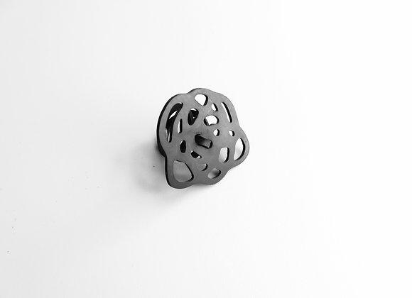 Shambahers, bague 'Gribouille Petite', édition limitée en caoutchouc. Le motif porté est une petit gribouillage circulaire.