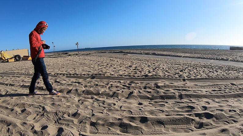 July 26 2021-Nghệ sĩ Ưu Đàm thử nghiệm tác phẩm dép ECO-Đi tại biển Los Angeles.png.jpg