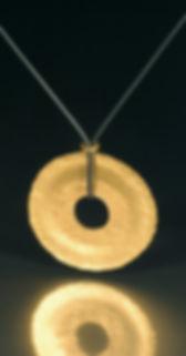 gold-halsschmuck-anhanger-sonnenscheibe-