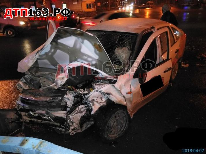 Серьезное ДТП произошло сегодня в Самаре, на пересечении улиц Гагарина / Революционная.