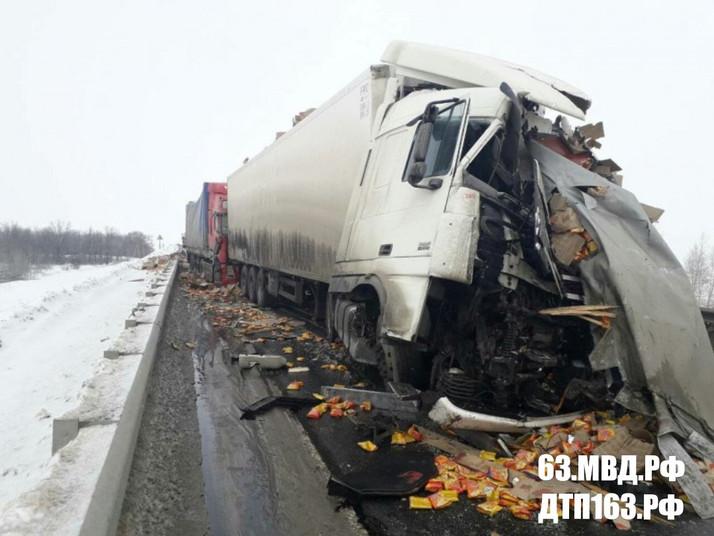 В серьезной аварии под Сызранью погиб водитель грузового автомобиля