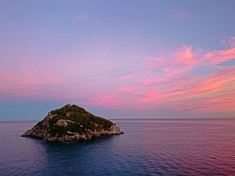 L'isola_di_Bergeggi_al_tramonto_edited
