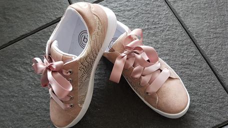 Schuhe mit rosé Bändern.jpg