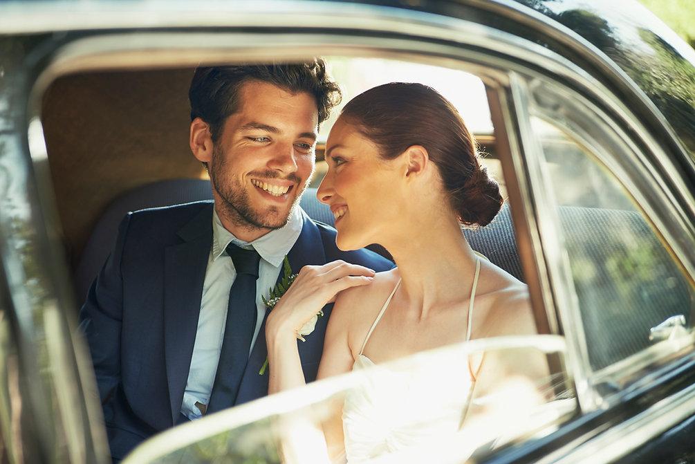 La novia y el novio por la ventana del coche