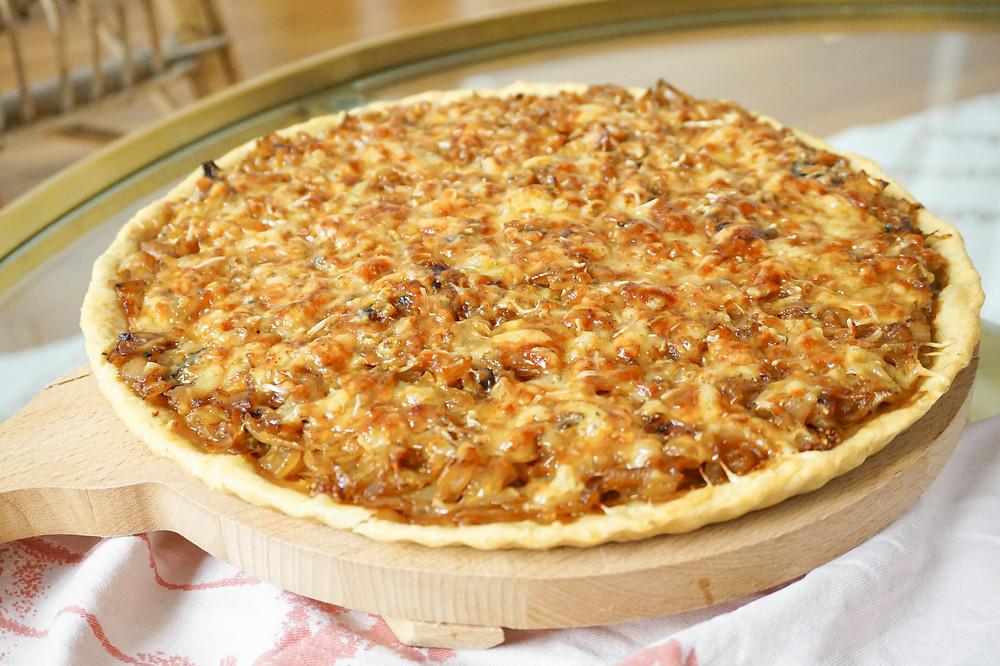 tarte aux oignons, moutarde et fromage râpé