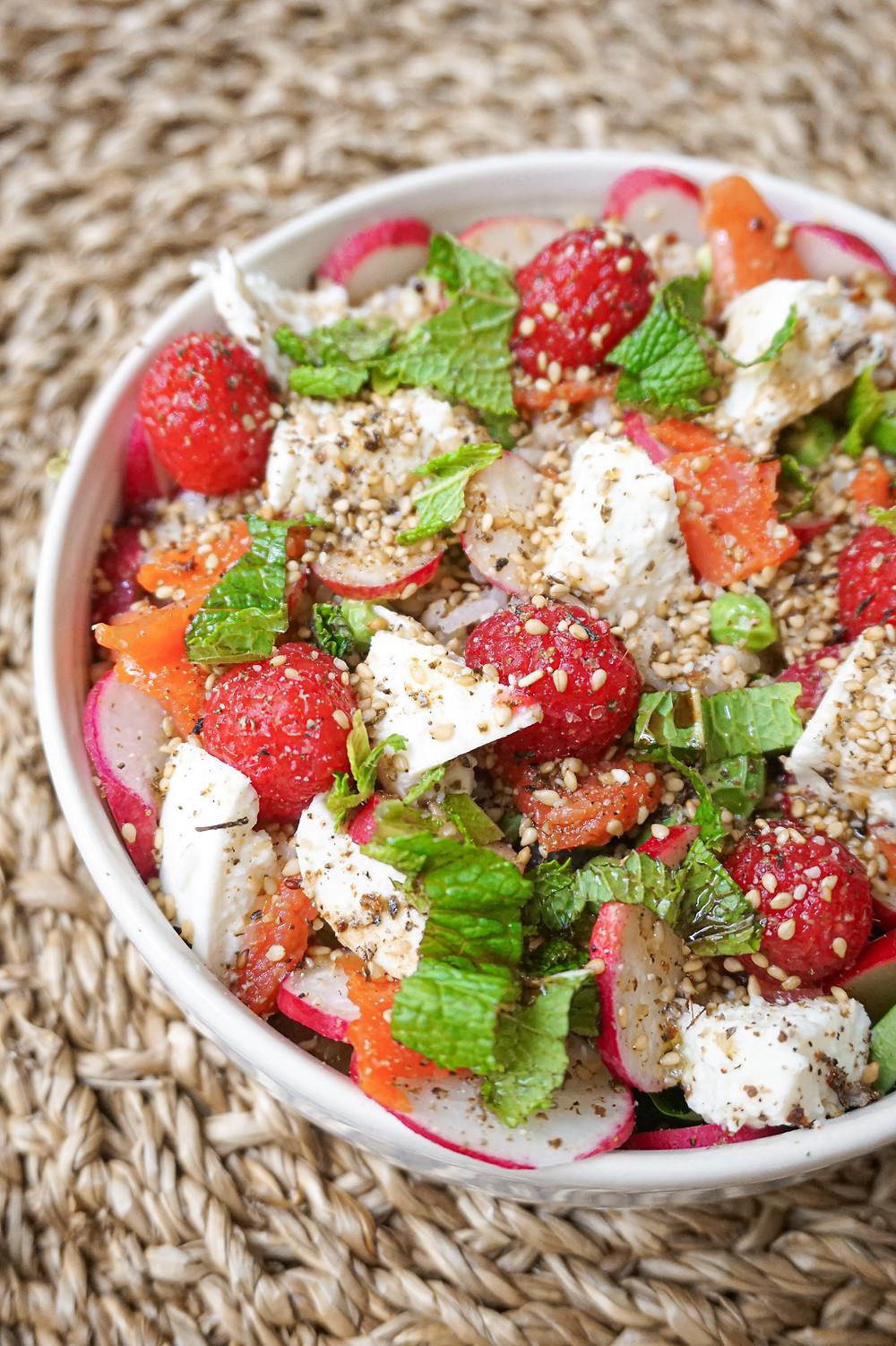 Mon healthy bowl de Printemps : saumon, radis, framboises, mozarella