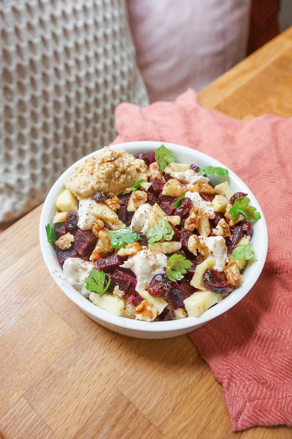 salade de betterave, pomme, mozza, noix & houmous