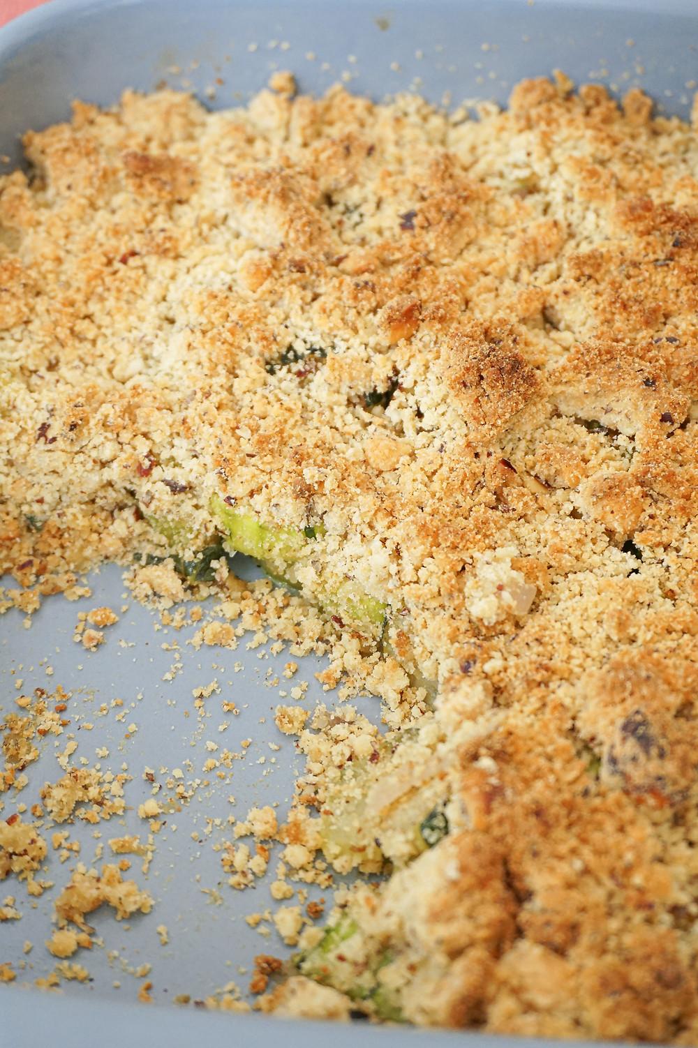 Mon healthy crumble aux courgettes, noisettes & parmesan