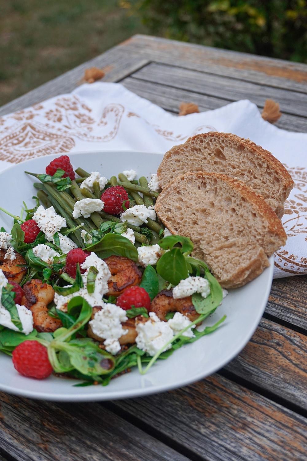 Ma salade green aux crevettes, framboises & ricotta