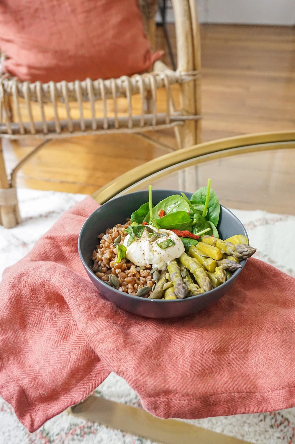 Mon bowl d'épeautre, asperges & burrata au basilic
