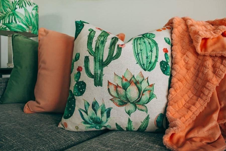 decoracion con cojines de colores