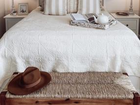 6 ideas super estilizadas para lidiar con el espacio al pie de la cama