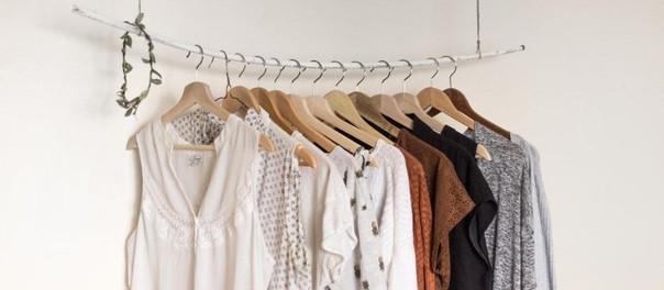 Un truco sencillo para desocupar el exceso de ropa en el clóset