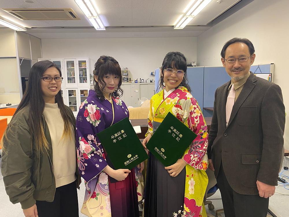 4年生女子と敷田先生@研究室