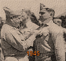 Dee receives Bronze Star 1945.jpg