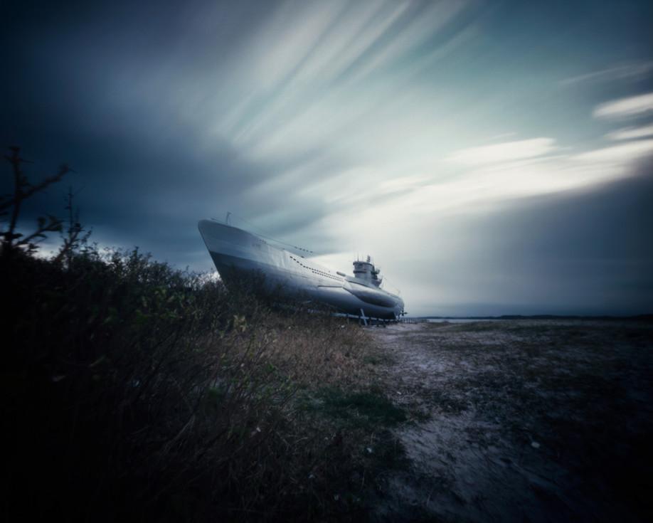 Ein surrealer Anblick durchkreuzt meine Sicht über die Weite des Strandes. Ein Geschöpf aus der Tiefe, zum ewigen Schlaf an das Ufer gelegt.