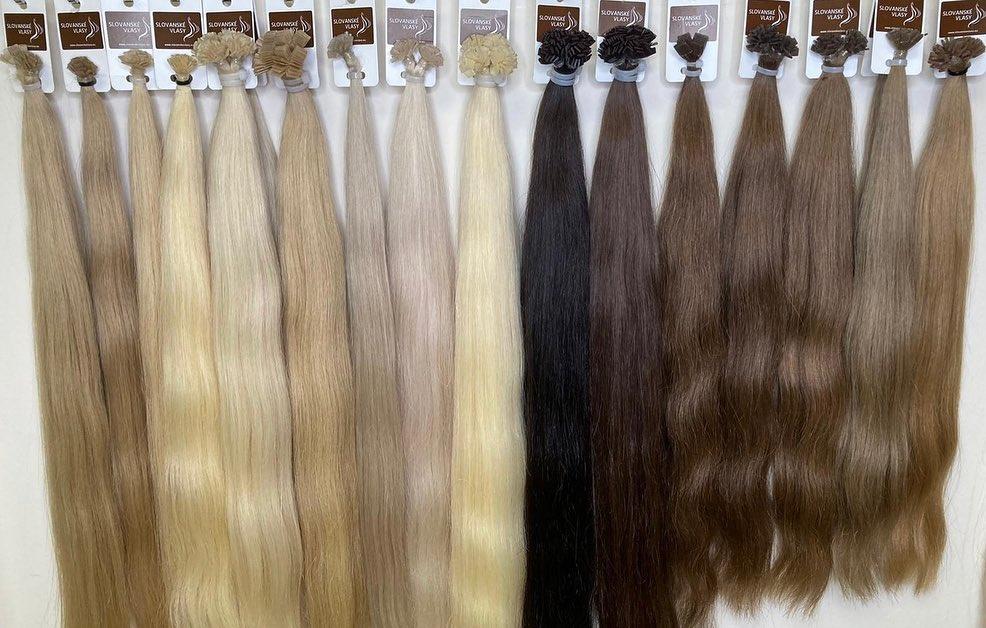 velký výběr vlasů na saloně