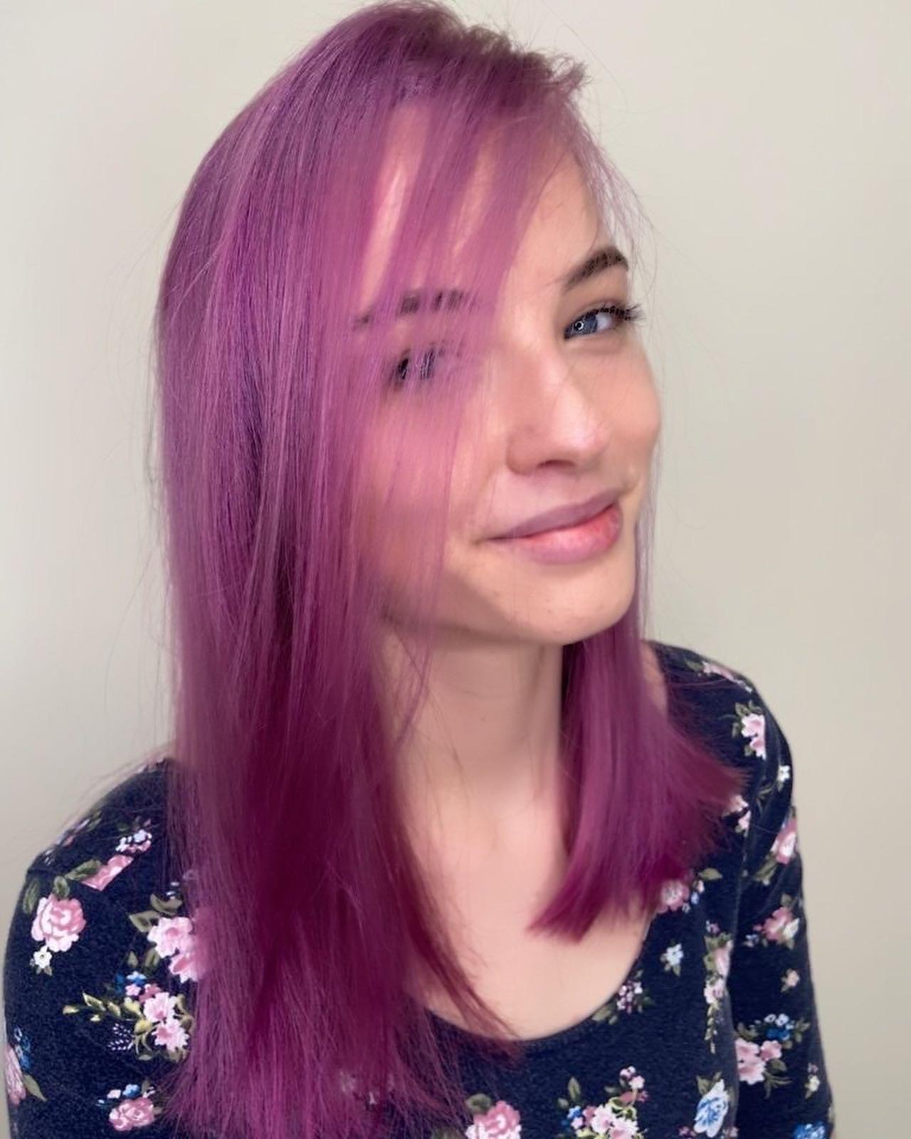 fialový přeliv na vlasy