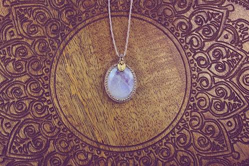 Hinto-Amulett Regenbogemondstein beige