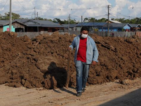 Terraplenagem começa a ser feita para construção de quadra poliesportiva no Bairro Esperança