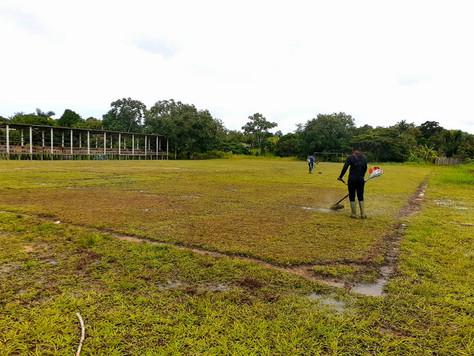 Prefeitura inicia limpeza dos campos de futebol em Tarauacá