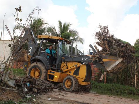 Prefeitura Municipal segue limpeza e retirada de entulhos pela cidade
