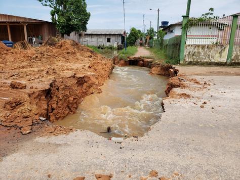 Cratera se abre na Rua João de Paiva após enchente em Tarauacá
