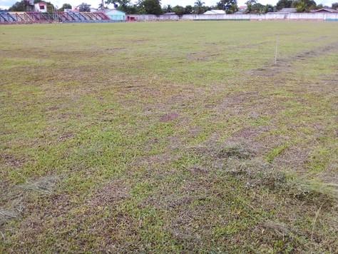 Prefeitura de Tarauacá faz manutenção no gramado do estádio o Naborzão