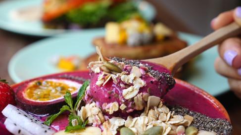 eating-healthy-breakfast-bowl-acai-smoot