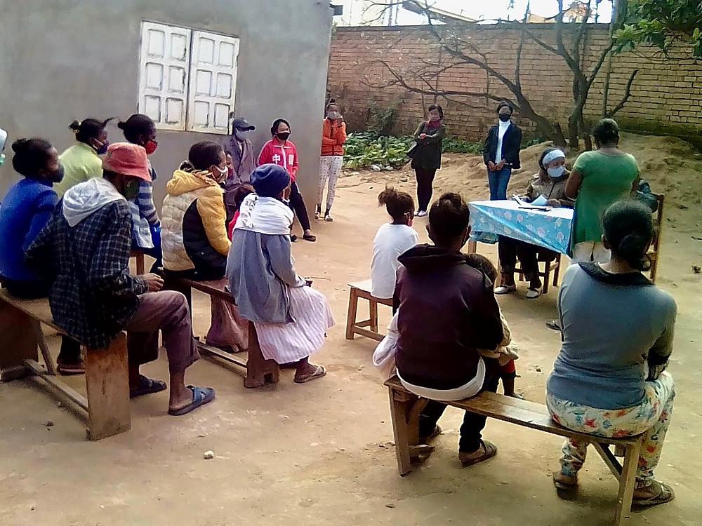 Réunion parents et professeurs à l'école Règne à Madagascar