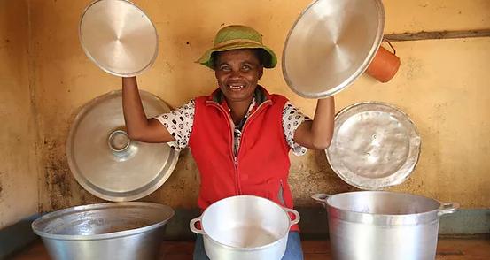 Cuisinière de l'école Règne à Madagascar