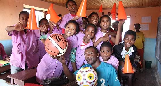 Eleves de l'école Règne avec du matériel pour les cours de sport