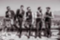Werbefotografie Aufnahme von 5 Malemodels mit Zigarren, Whisky und Sonnenbrillen, die Männer tragen Anzüge und Westen