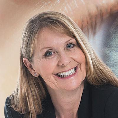 Rita Fasel ist eine Frau mittleren alters mit blonden Haaren, strahlendem Lachen und wunderschönen blauen Augen. Sie ist Augendiagnostikerin und arbeitet mit iris-foto-luzern.ch zusammenagnose_iris-foto-luzern
