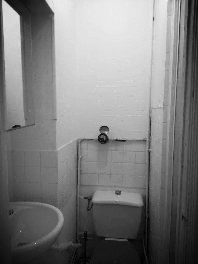 Avant : minuscule salle de bain