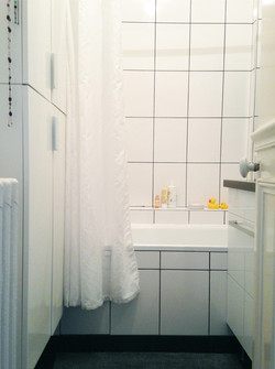 salle de bain blanche et lumineuse