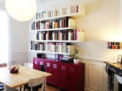 salle à manger avec bibliothèque
