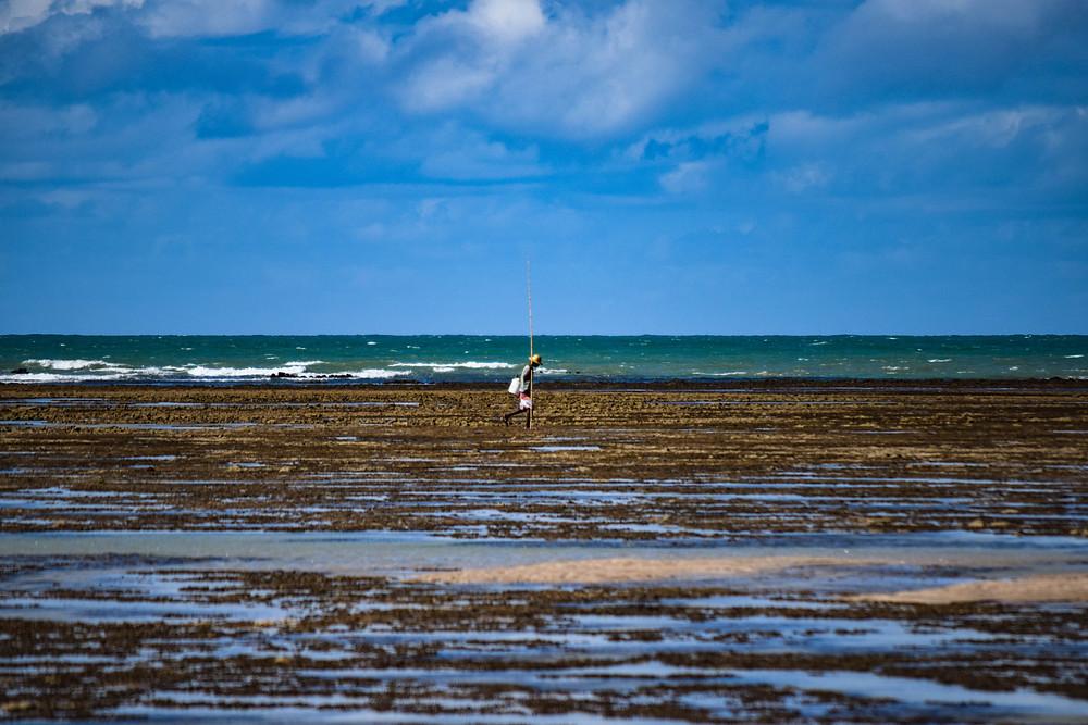 Fotografía de un isleño durante la marea baja