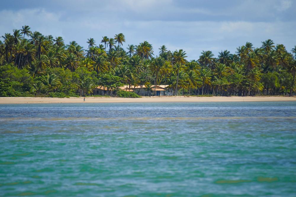 Fotografía de una playa de la isla tomada desde una embarcación