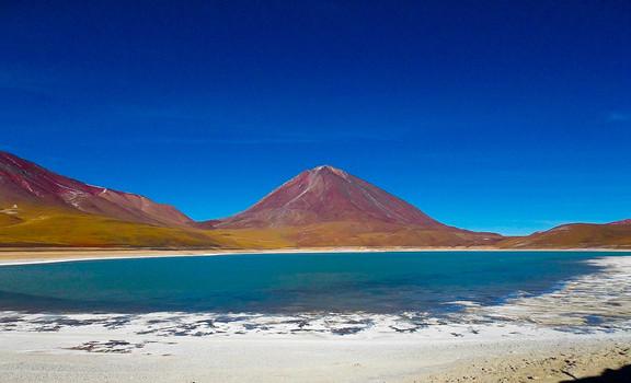 Lago y volcán