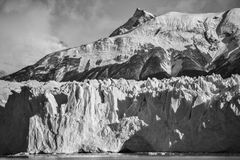 Nubes bajas, picos y glaciar en la Patagonia argentina