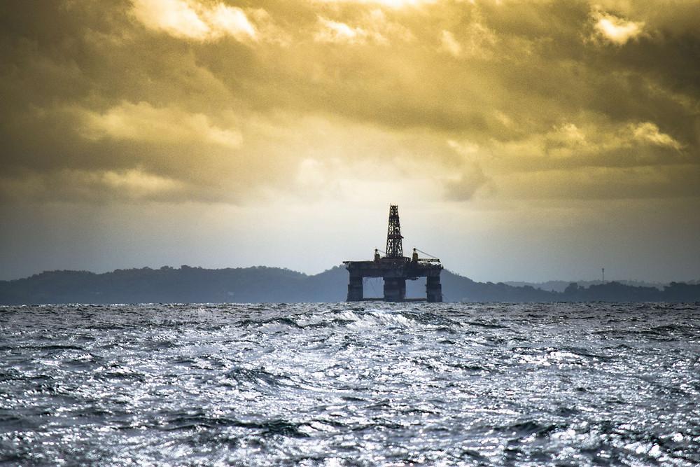Fotografía de una plataforma petrolera en el mar