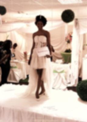 Présentaton d'une robe de mariée par un mannequin