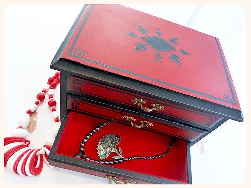Boîte à bijoux vintage revampée, bois peint à la main, rouge et noir, style bou
