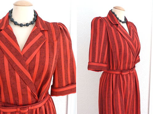 Robe rayée rouge, taille cintrée