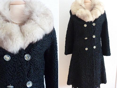 Manteau de fourrure en Astrakan noir, col renard argenté